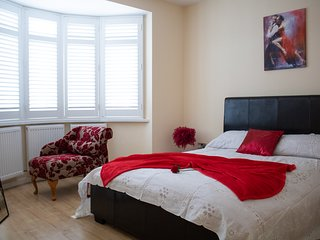 Modern, elegant and HUGE North London 6 bedrooms house, sleeps 16. Free Parking