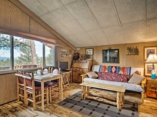 Cozy Cabin w/ Mtn Views: 4 Mi to Nat'l Monument!
