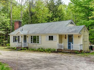 2BR North Conway cottage- Large Yard, WiFi & Cable! 1 min to Cranmore!
