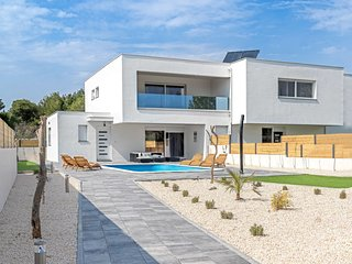 3 bedroom Villa with Air Con, WiFi and Walk to Beach & Shops - 5801307