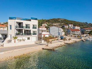 Vinisce Villa Sleeps 10 with Pool and Air Con - 5801725