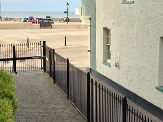 BAY VIEW - NEW MODERN REFURBISHED 2 BEDROOM SEA FRONT APARTMENT, HERNE BAY