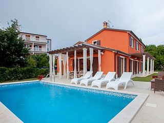 4 bedroom Villa with Air Con, WiFi and Walk to Shops - 5238941