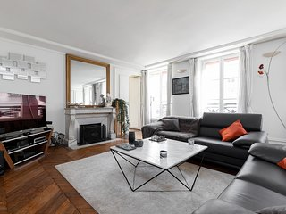 061. IN THE HEART OF PARIS FEW STEPS THE LOUVRE AND TUILERIES - STYLISH 2BR FLAT