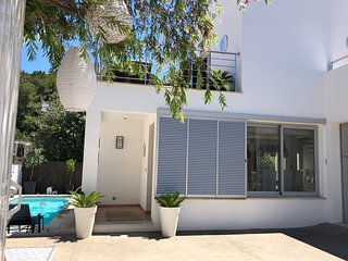 Contemporary villa with private pool and air-conditioning only 300m to beach/sea