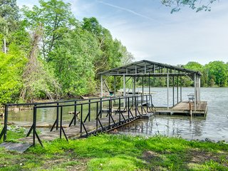 Old Hickory Lake Cottage with private covered dock