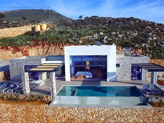 Luxury Villa, free heated pool,secret private beach, gym, amazing sea view