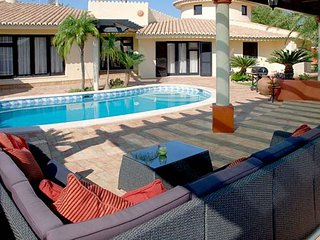 4 bedroom Villa with Pool, Air Con, WiFi and Walk to Shops - 5239058
