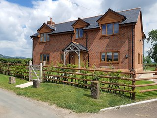 BROOK COTTAGE, spacious, five bedrooms, woodburner, hot tub, near Westbury on