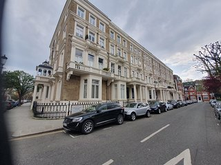 2 bedroom Kensington apartment with terrace
