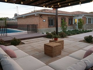 Chalet con piscina, jardín y barbacoa. Alquiler completo. Capacidad 8 personas.