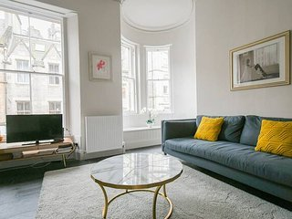 Iconic Cockburn Street 4 Bedroom Apartment: Heart of Old Town