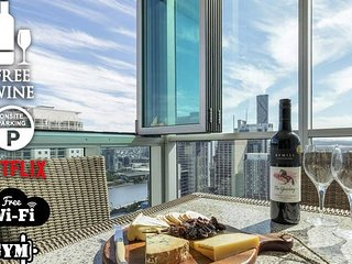 2BR EPIC VIEWS ★CBD★ 2 Cars ★Pool★Wine★Gym★Netflix