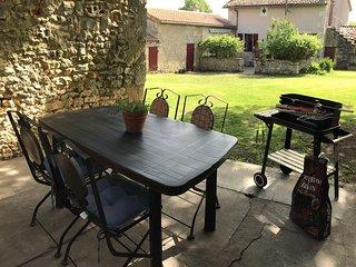 Bonheur detached rural cottage in the quiet hamlet of Tiron