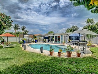 PRIVATE HEATED SALT WATER POOL 3 BEDROOM BUNGALOW /MINUTES FROM BEACH