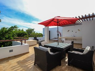 Family 2-story Penthouse with Rooftop  and Hot Tub by olahola