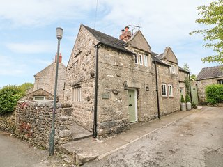 SUNDIAL COTTAGE, wood burners, beautiful garden, pet friendly, in Brassington