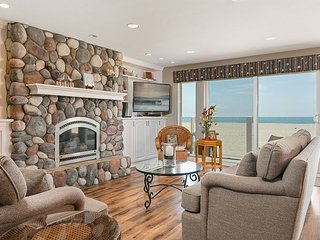 4BR Direct Oceanfront w/ Private Balconies, Close to Dining & Shopping