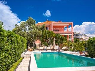 NEW! Villa Dawn-heated private pool, 100m to beach & restaurants, Trogir 1.7km