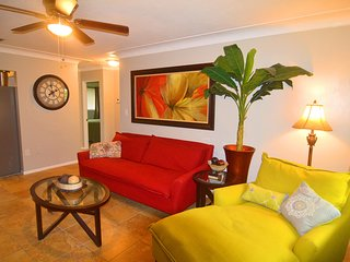 Endless Summer, 2 bedrooms, Sleeps 5, Patio Grill, Private Back Yard, Near Beach