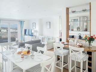 3 Bedroom Central Apartment with Stunning Harbour and Sea Views