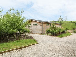 3 VALLEY VIEW, off-road parking, hot tub, near Lanreath