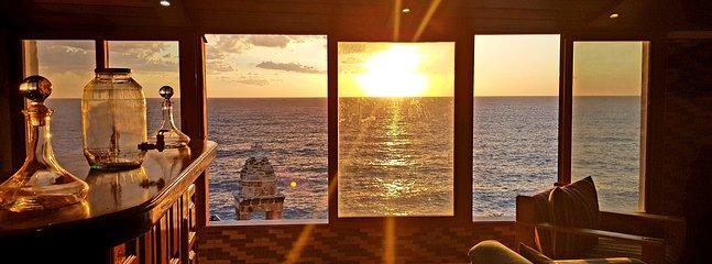 La exclusiva vista al mar al atardecer desde la sala de estar.