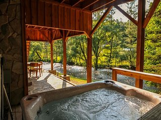 WATERS EDGE- Riverfront 3 Level Log Cabin with WiFi, Firepit & Hot Tub!