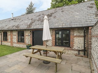 KEEPERS COTTAGE, pet-friendly single-storey cottage with en-suite, woodburner