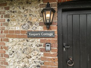 KEEPERS COTTAGE, pet-friendly single-storey cottage with en-suite, woodburner