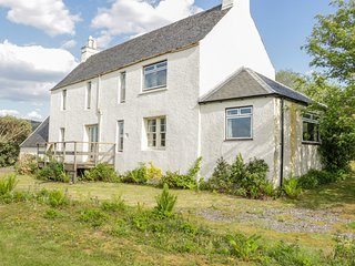 ROCK COTTAGE, sea views, open fire, conservatory, Port Appin