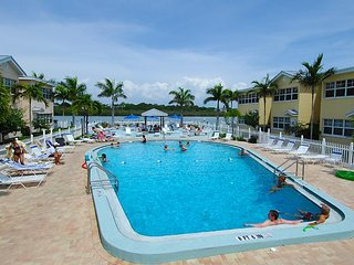 FALL DEAL! FANTASTIC 1BR! STEPS TO THE BEACH, POOL, GRILL!