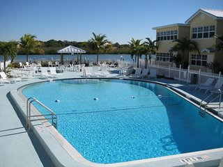 VALUE SEASON DEAL! PERFECT 2BR APT! SECONDS TO BEACH, POOL, BBQ