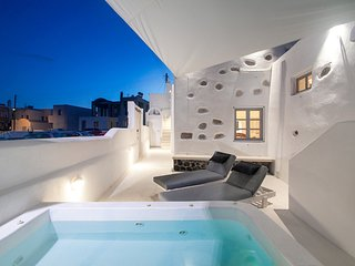 Sun & Wind Villa Santorini with private jacuzzi!