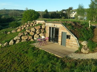 Accès, terrasse et salon de jardin privatifs