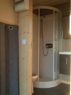 Salle de bains avec douche, lavabo et cabinet de toilettes