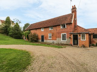 GARDENER'S COTTAGE, pet-friendly cottage with woodburner, garden, in Hadleigh