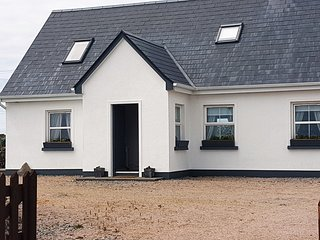 Muighinis Cottage (Mweenish) - Stunning land & sea views along the Wild Atlantic