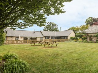 CORNER BARN, single-storey pet-friendly cottage with en-suites, woodburner