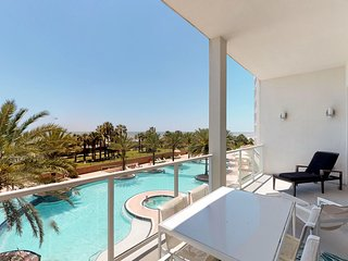 Spectacular beachfront condo w/ flatscreen Apple TV + shared pool & hot tub!