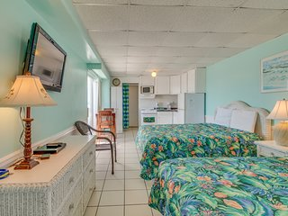 Waterfront condo w/ a shared pool, balconies, & beach access - Snowbird rates!