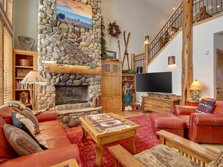 Great kitchen, private hot tub, near the Village at Sunriver, 8 SHARC passes!