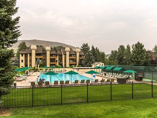 A shared pool & hot tub, ski-in/ski-out from the base of the Elkhorn lift!