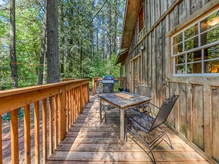 Vintage mountain cabin in the woods close to skiing, hiking, & more!