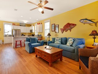 Cheerful home w/ shared hot tub & more - beach access 1 mile away!