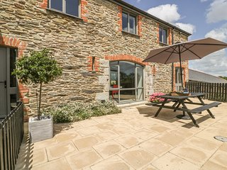 KARADOW, country views, hot tub, open-plan living, near St Mawes