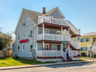 NEW LISTING! 2 large floors near beach, boardwalk & fishing - free WiFi, dogs OK