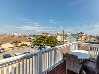 NEW LISTING! Oceanview condo w/ balcony - walk to the beach, dogs welcome!