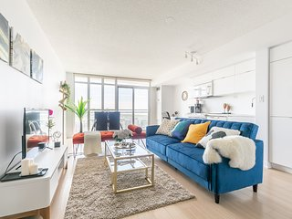 ☆ Fabulous Condo in Downtown Core + FREE parking ☆