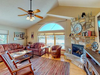 Beautiful townhouse w/patio, gas fireplace & mountain views- dogs OK